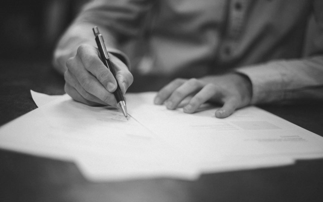 Derechos y obligaciones que asume la empresa por vía contractual.